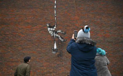 Arte y protesta en fotos: Banksy reaparece en la prisión de Reading, la misma en la que estuvo Oscar Wilde